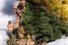 Vieux Scandinave Troll dans la neige image libre de droits