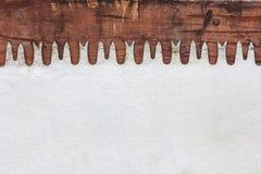 Vieux scie la lame sur le bois superficiel par les agents Image libre de droits