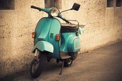 Vieux scooter bleu, cru Image stock