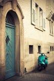 Vieux scooter bleu, cru Images stock