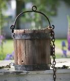 Vieux seau d'eau se reposant sur le puits d'eau à Williamsburg la Virginie images stock