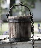 Vieux seau d'eau se reposant sur le puits d'eau à Williamsburg la Virginie photographie stock