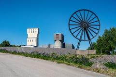Vieux secteur de mine avec le grand cadre principal blanc en Suède photos stock