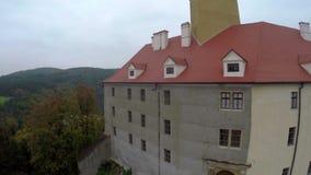 Vieux seigneurs européens de terre de château, tir aérien de pont de rivière, Tchèque clips vidéos