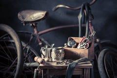 Vieux service de difficulté de vélo avec les roues, la correction en caoutchouc et les outils photographie stock