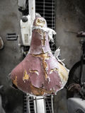 Vieux siège de bicyclette porté et endommagé, belle illustration et fond de vintage Photographie stock libre de droits
