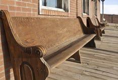 Vieux sièges occidentaux d'église en dehors de côté Photo libre de droits