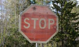 Vieux signe d'arrêt avec des trous de balle photo libre de droits