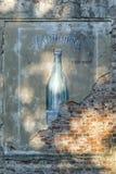 Vieux signe de mur de bouteille Images stock