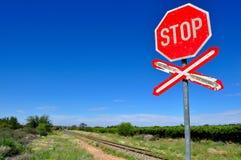 Vieux signe de passage à niveau d'arrêt Photographie stock libre de droits