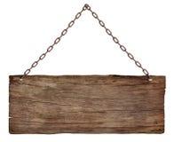 Vieux signe en bois accrochant sur une chaîne d'isolement sur le fond blanc photo stock