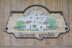 Vieux signe en bois d'arborétum du comté de Los Angeles et de jardin botanique Images libres de droits