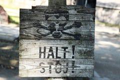 Vieux signe en bois d'arrêt, Auschwitz Image libre de droits