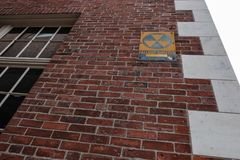 Vieux signe nucléaire de retombées radioactives vu attaché à une vieille banque à Salem, mA image libre de droits