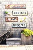 Vieux signes de pêche et piège de homard Photo stock
