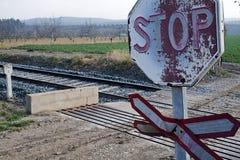 Vieux signes du passage à niveau sans barrières photos stock