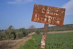 Vieux signes du passage à niveau sans barrières photo stock