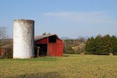 Vieux silo blanc et une vieille grange rouge Photographie stock libre de droits