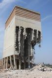Vieux silo de farine construisant en partie démoli Photos libres de droits
