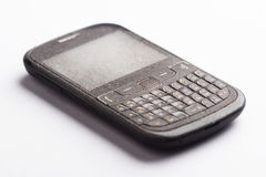 Vieux smartphone avec la poussière sur le blanc Photos libres de droits