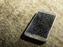 Vieux smartphone cassé et criqué d'écran image libre de droits
