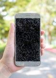 Vieux smartphone cassé et criqué d'écran photos libres de droits