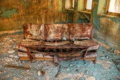 Vieux sofa abandonné Photographie stock libre de droits