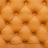 Vieux sofa rouge de capitonnage en cuir Photographie stock