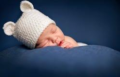 Vieux sommeil nouveau-né de trois semaines de bébé garçon Photographie stock libre de droits