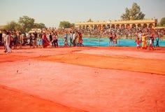 Vieux stade complètement des personnes attendant la présentation et l'exposition sur le festival de désert Photos stock