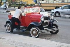 Vieux steet d'ion de voiture de La Havane images libres de droits