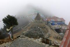 Vieux stupa sur une montagne dans le brouillard Photographie stock
