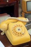 Vieux style de vintage de téléphone sur le plancher en bois Images stock