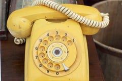 Vieux style de vintage de téléphone sur le plancher en bois Image stock