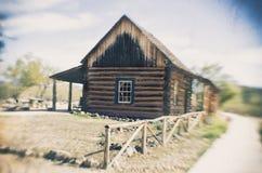 Vieux style en bois de pionnier de maison de ferme de grange Photos stock