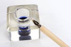 Vieux stylo-plume et encrier encastré sur un fond blanc Photos libres de droits