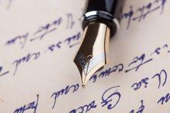 Vieux stylo-plume et vieux manuscrit Image stock