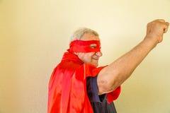 Vieux superhéros soulevant le poing Photographie stock libre de droits