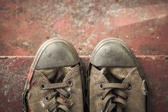 Vieux support d'espadrilles sur les escaliers concrets Photo libre de droits
