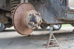 Vieux suspension et frein de voiture de dommages Images libres de droits