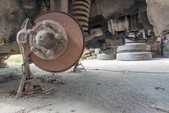 Vieux suspension et frein de voiture de dommages Photographie stock libre de droits