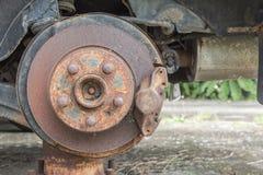 Vieux suspension et frein de voiture de dommages Image libre de droits