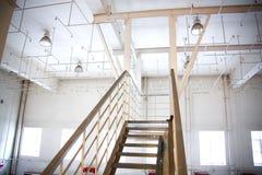 Vieux système d'arrosage sur le plafond de la salle de production Image stock