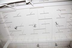 Vieux système d'arrosage sur le plafond de la salle de production Photo stock