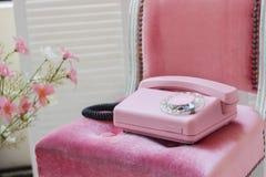 Vieux téléphone domicile rose Téléphone de câble de vintage rétro Images stock