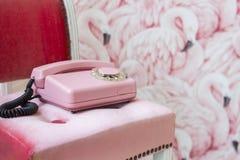 Vieux téléphone domicile rose Téléphone de câble de vintage rétro Photos stock