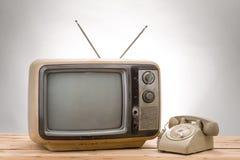 Vieux téléphone et vieux style de vintage de TV image libre de droits