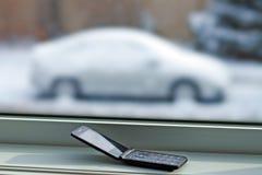 Vieux téléphone portable avec la voiture dans la neige images libres de droits