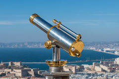 Vieux télescope guidé d'or à Marseille, France Image stock