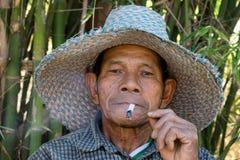 Vieux tabagisme asiatique d'hommes Image libre de droits